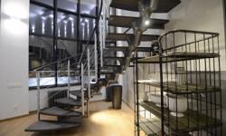 Лестница с ограждением выполненным по винтовой линии